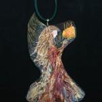 Ein Amulett aus Vogelfedern gefertigt