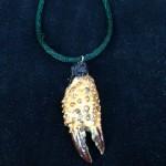 Ein Amulett aus einer verzierten Krabbenschere