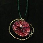 Ein Amulett aus einer getrockneten Limettenschale