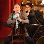 """""""Leidenschaft bring Leiden"""" - Lars Steitz denkt an Philinchen, im Hintergrund begleitet von Marion Fiedler"""